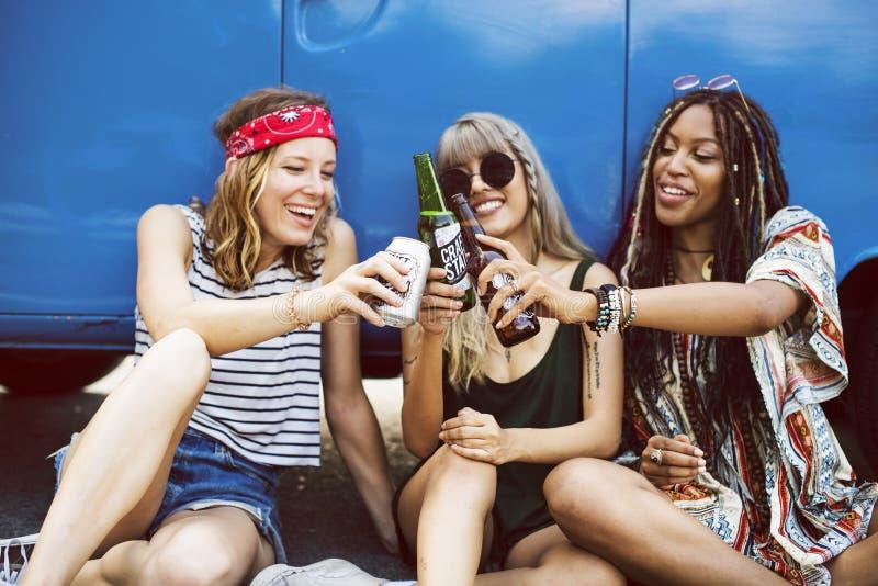 Cervejas bebendo do álcool junto na viagem da viagem por estrada fotos de stock royalty free