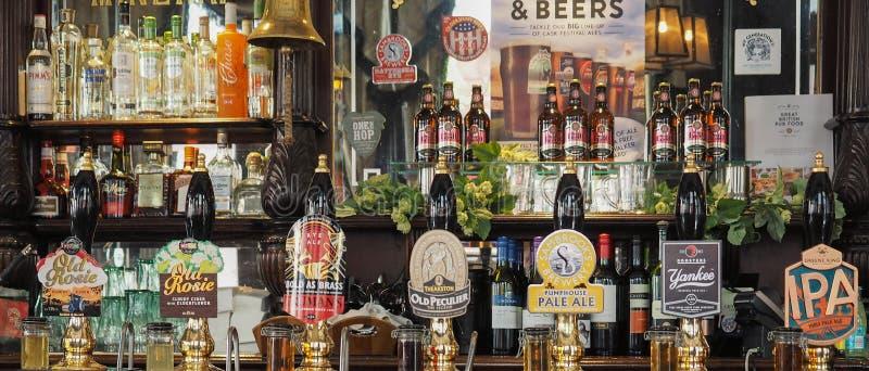 Cervejas de barril em Londres imagens de stock