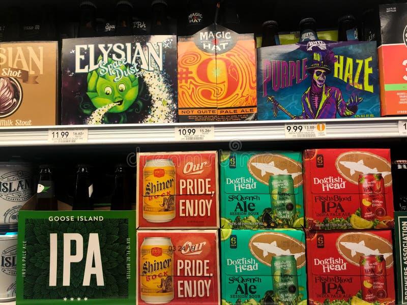Cervejas de IPA em uma mercearia fotografia de stock