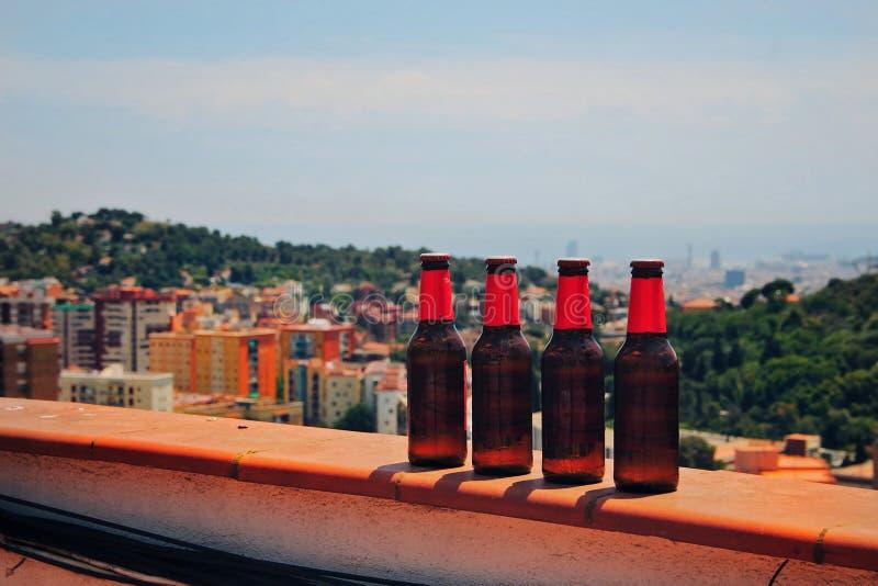 Cervejas frias com a cidade atrás imagens de stock