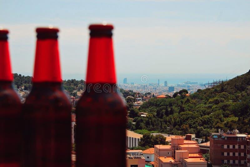 Cervejas frias com a cidade atrás foto de stock royalty free