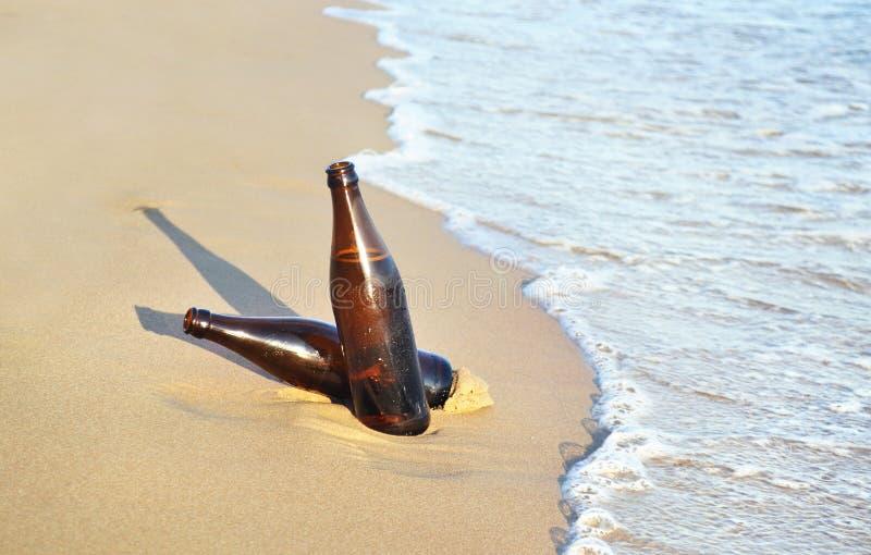 cervejas na praia - ilha Grécia do verão fotos de stock
