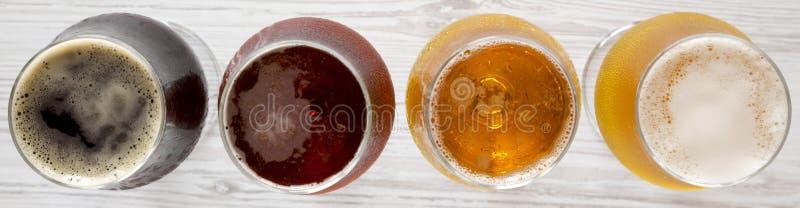 Cervejas sortidos em uma superf?cie de madeira branca, vista superior A?reo, de cima de imagem de stock royalty free