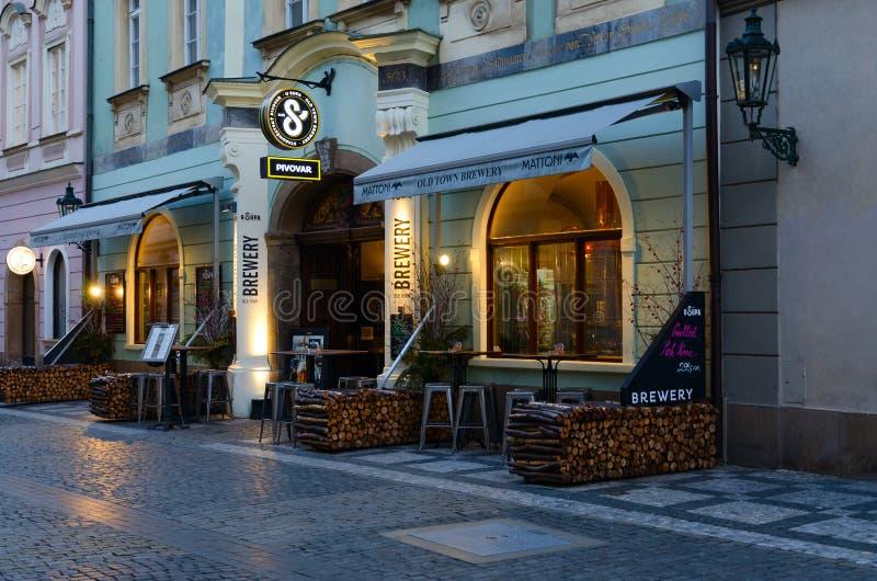 Cervejeiro checo tradicional U Supa do beerhouse na rua de Celetna no centro histórico da cidade, Praga, República Checa fotos de stock royalty free