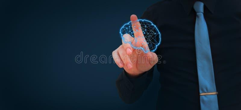 Cervello d'ardore poligonale della mano umana - concetto di intelligenza artificiale, apprendimento automatico, nanotecnologie e  fotografia stock libera da diritti