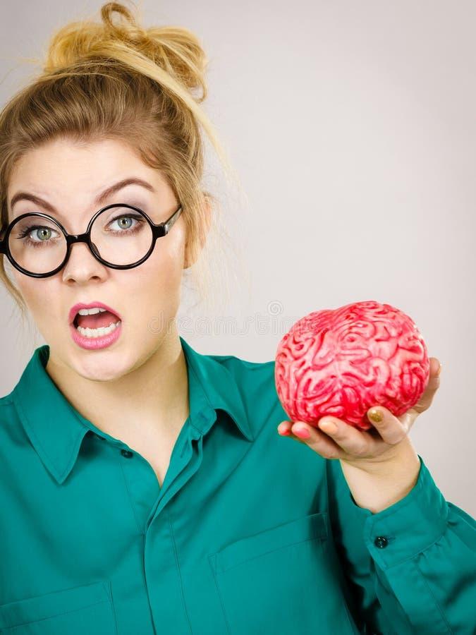 Cervello di pensiero intensivo della tenuta della donna di affari fotografia stock libera da diritti