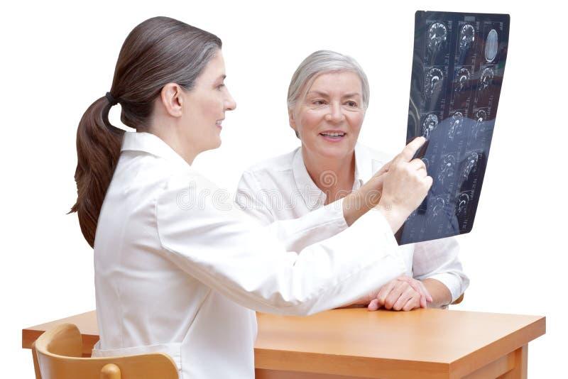 Cervello paziente di mri di medico isolato immagine stock libera da diritti