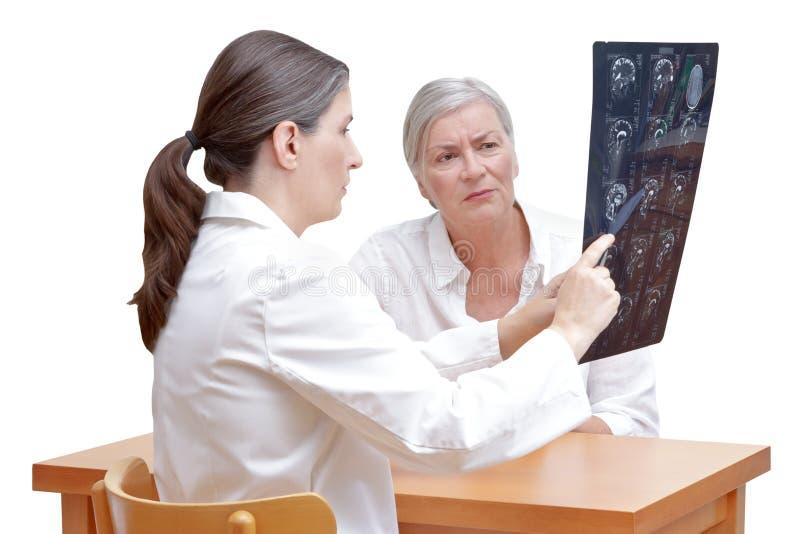 Cervello paziente di mri di medico isolato fotografia stock libera da diritti