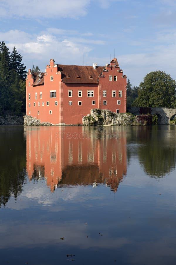 Cervena Lhota взгляд городка республики cesky чехословакского krumlov средневековый старый Замок на озере стоковая фотография
