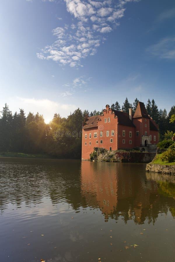 Cervena Lhota взгляд городка республики cesky чехословакского krumlov средневековый старый Замок на озере стоковые фото