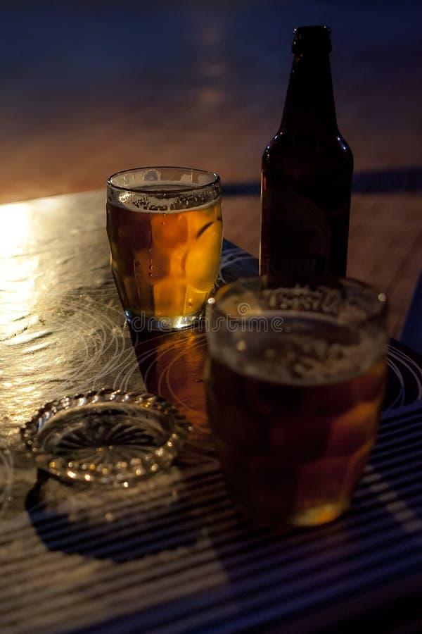 Cerveza, botella, cenicero, vidrio imagen de archivo