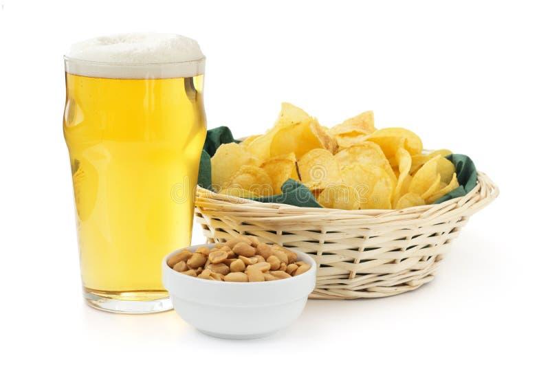 Cerveza, cacahuetes y patatas a la inglesa fotos de archivo libres de regalías