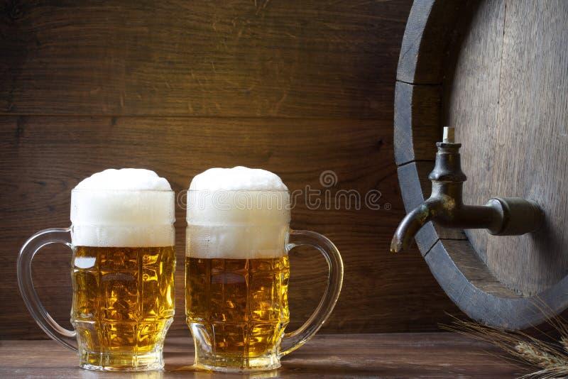 Cerveza con el barril imagenes de archivo