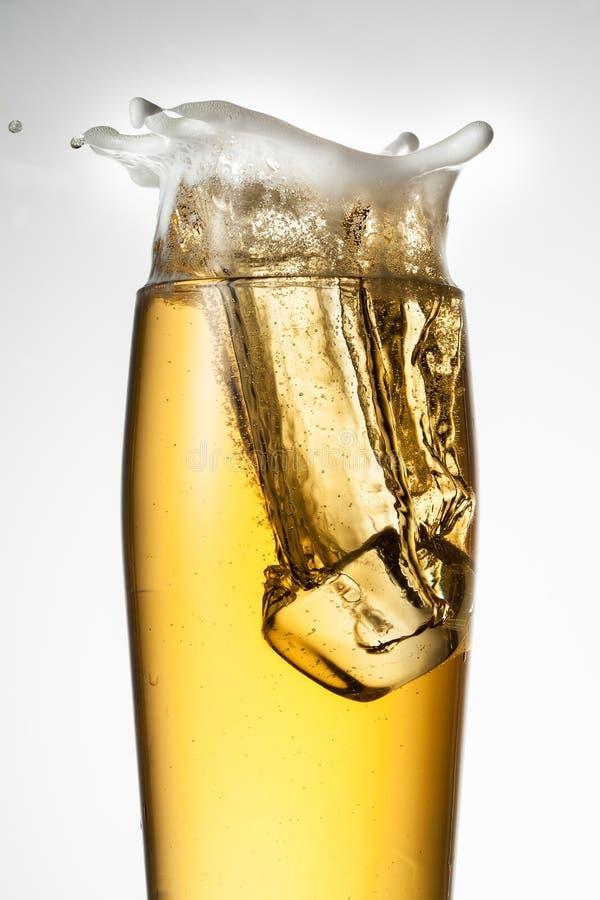 Cerveza con hielo. Chapoteo con descensos fotos de archivo libres de regalías
