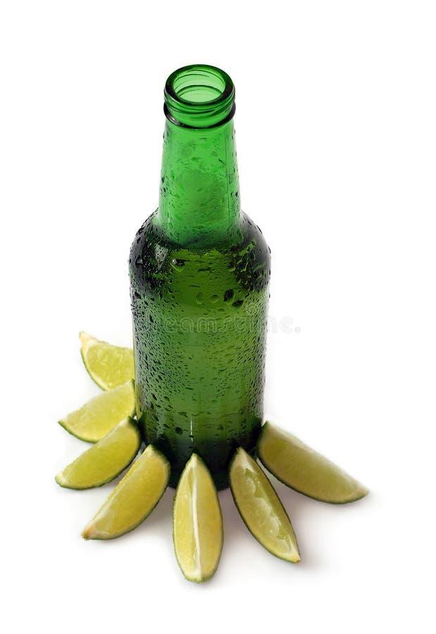 Cerveza con la cal imagenes de archivo
