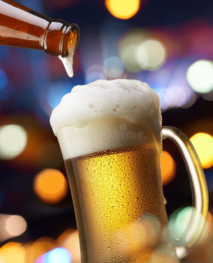 Cerveza con las luces fotos de archivo