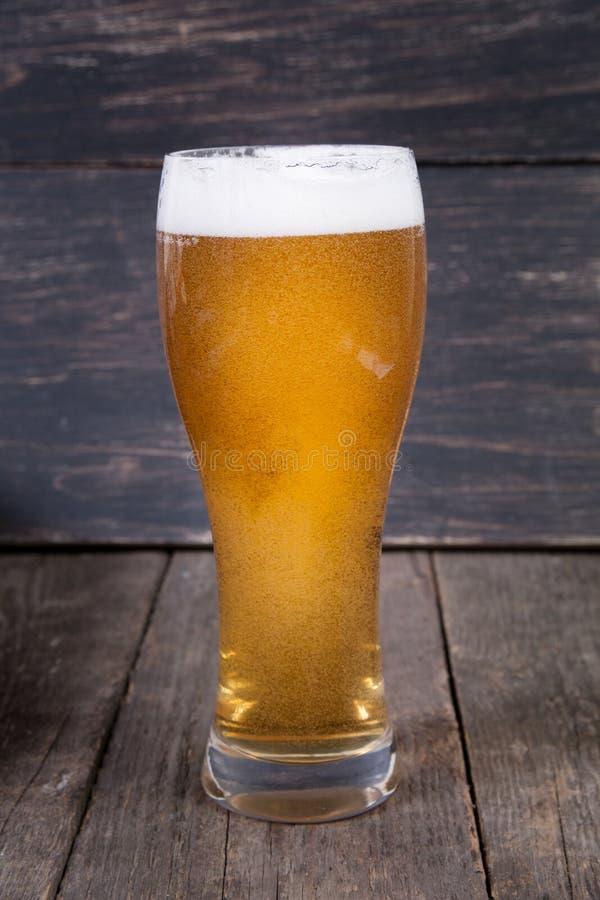 Cerveza de barril de la cerveza dorada en un vidrio fotografía de archivo