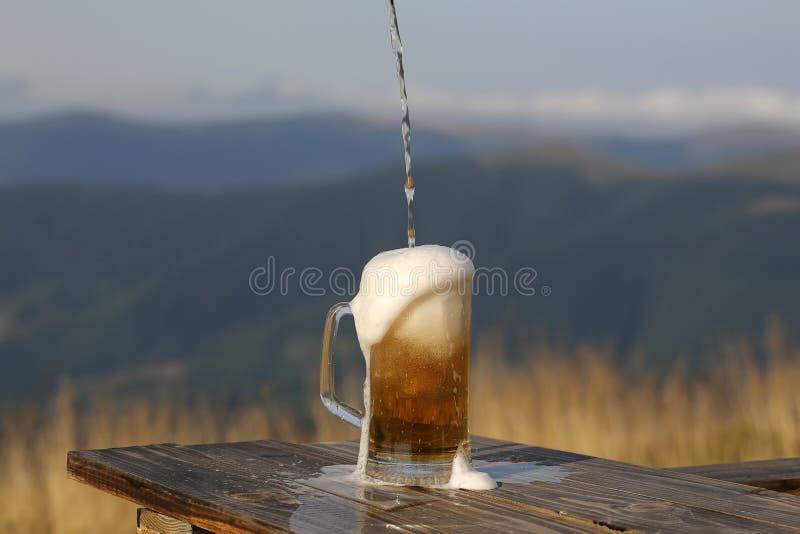 Cerveza de cerveza dorada de colada fotografía de archivo libre de regalías