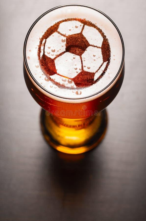 Cerveza de cerveza dorada en la tabla imagen de archivo