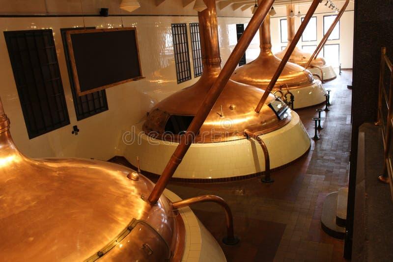 Cerveza de cobre que elabora los potes foto de archivo