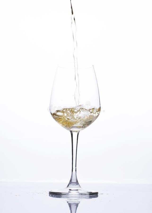 Cerveza de colada en la copa de vino aislada en el fondo blanco foto de archivo