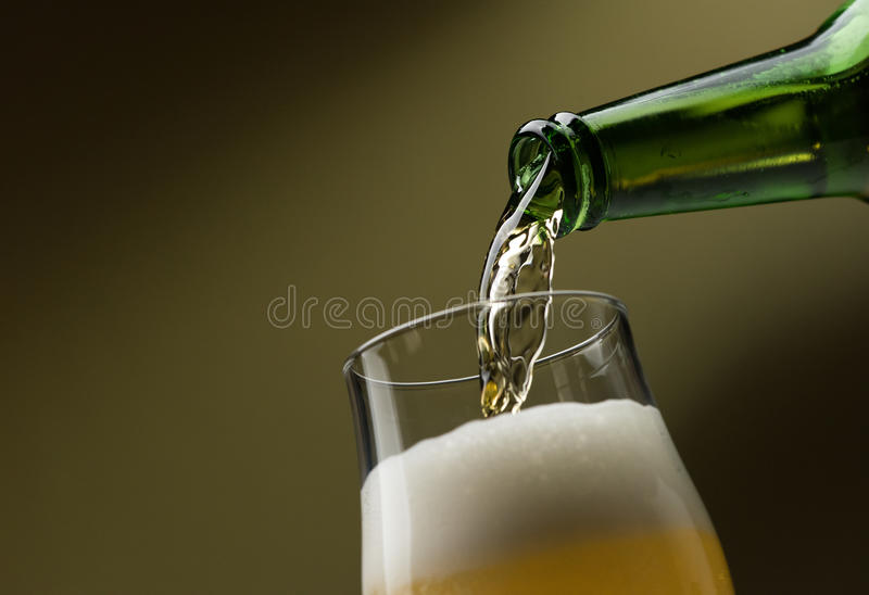 Cerveza de colada en un vidrio fotografía de archivo
