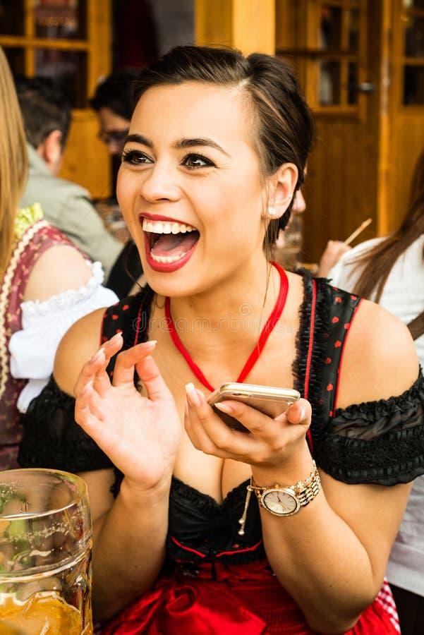 Cerveza de consumición de la muchacha en Oktoberfest imágenes de archivo libres de regalías