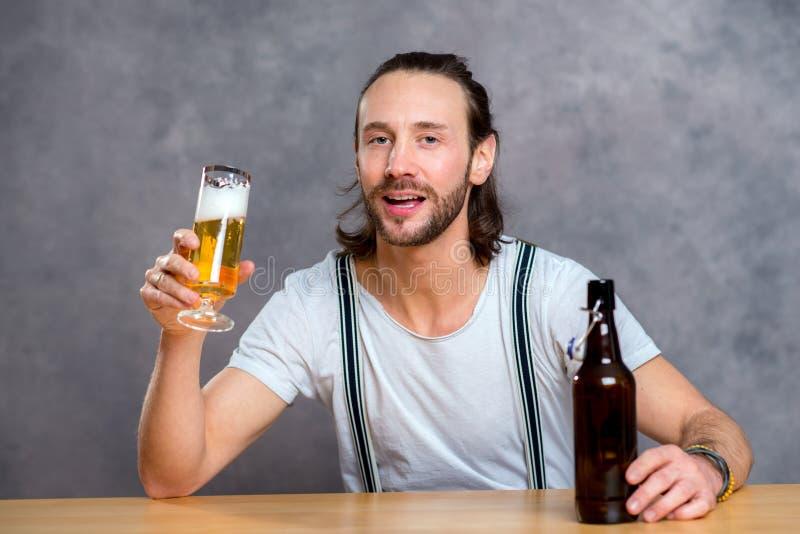 Cerveza de consumición del hombre joven fotos de archivo libres de regalías