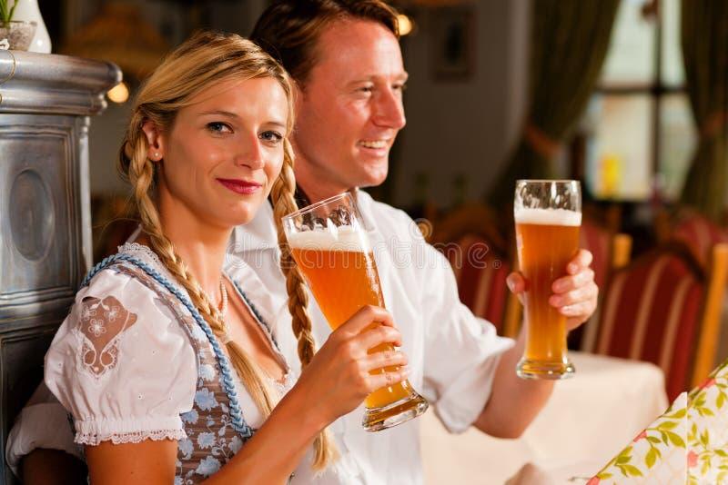 Cerveza de consumición del trigo de los pares bávaros foto de archivo
