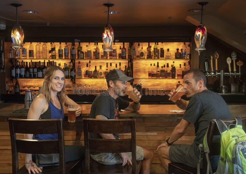 Cerveza de consumición después de que baje la visita a Snoqualmie, una cascada de la familia en el río de Snoqualmie, al este de  fotografía de archivo libre de regalías