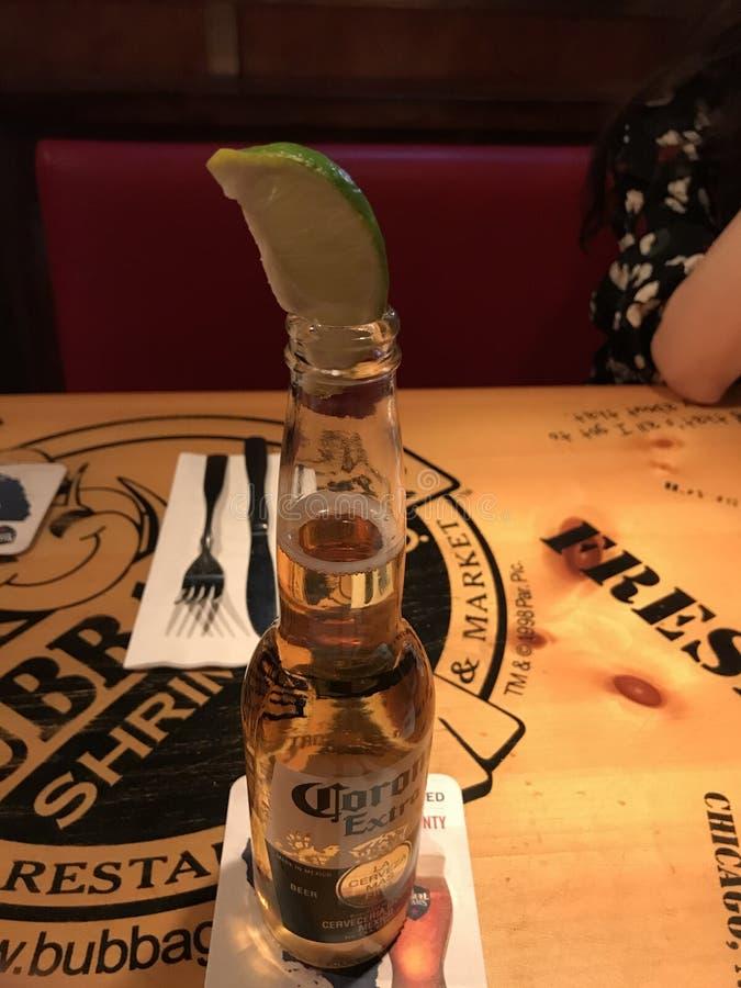 cerveza de la corona con la cal foto de archivo