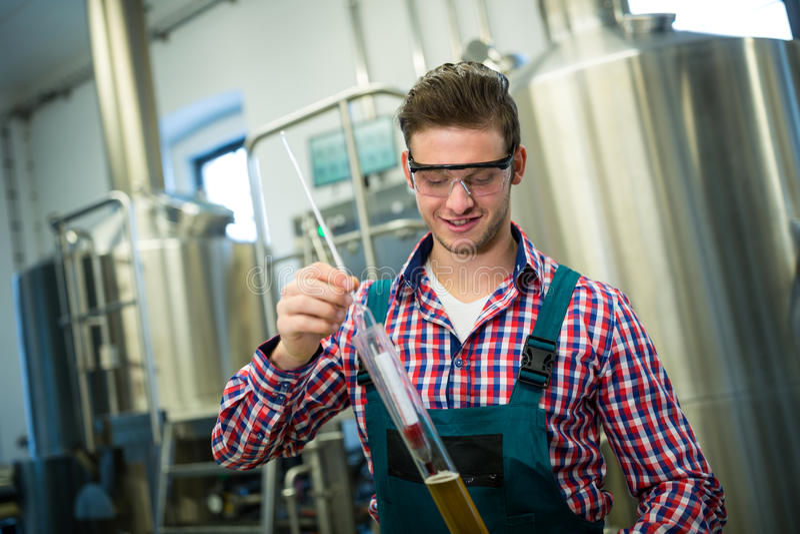 Cerveza de la prueba del cervecero foto de archivo