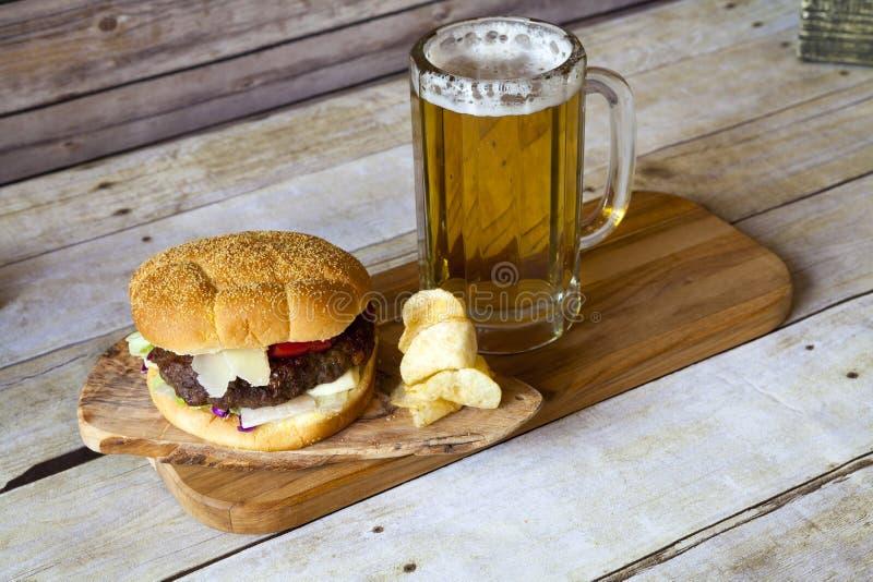 Cerveza del arte con la hamburguesa fotografía de archivo