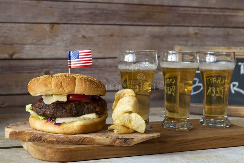 Cerveza del arte con la hamburguesa fotos de archivo