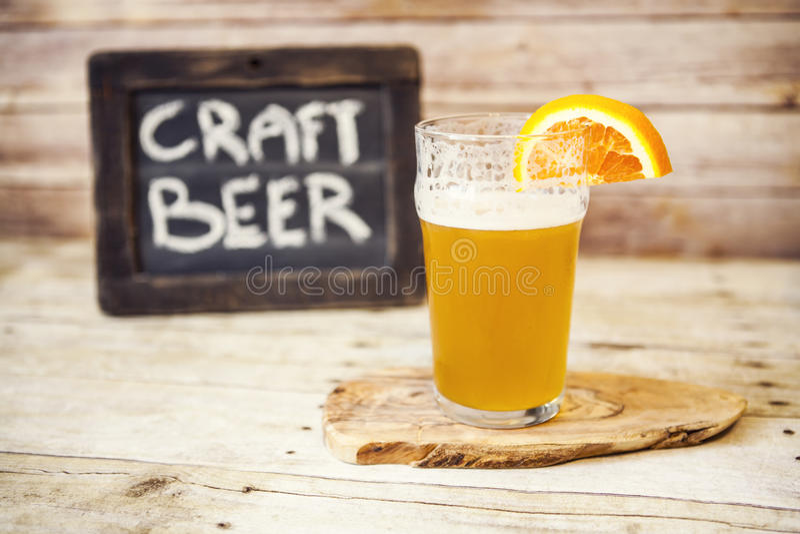 Cerveza del arte con la naranja foto de archivo