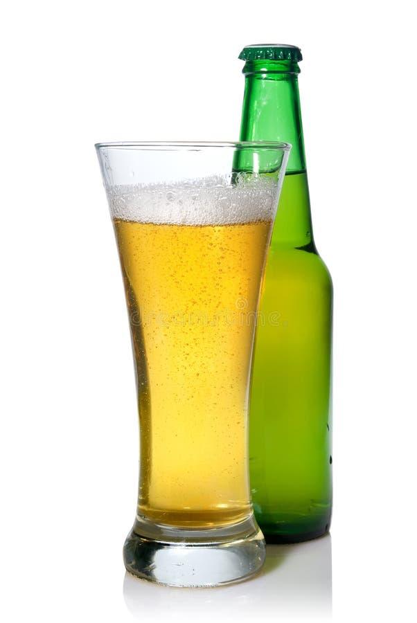 Cerveza en botella y vidrio foto de archivo