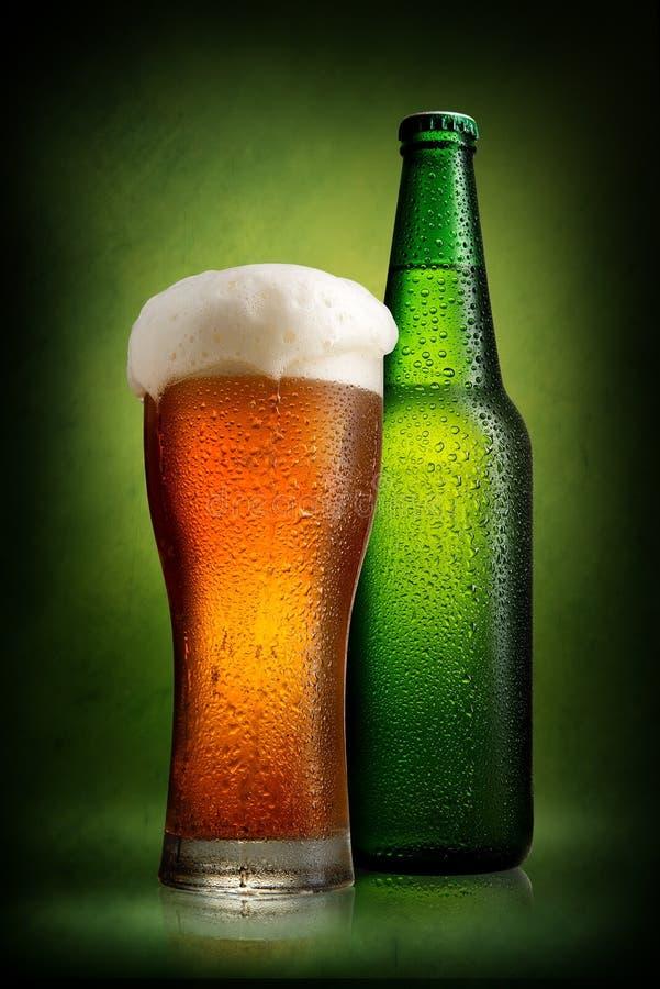 Cerveza en botella y vidrio foto de archivo libre de regalías