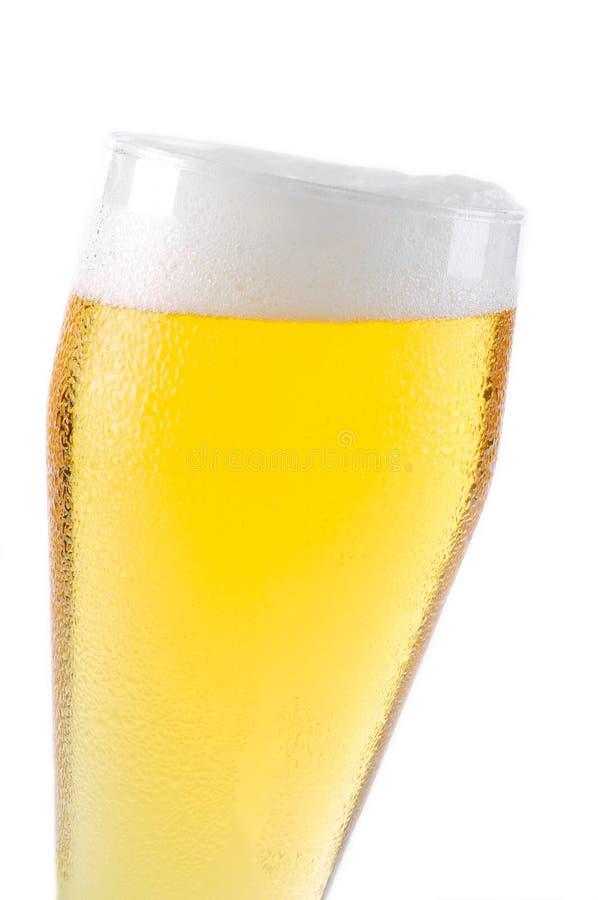 Cerveza en el vidrio aislado en blanco imágenes de archivo libres de regalías