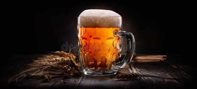 Cerveza en fondo negro imagen de archivo libre de regalías