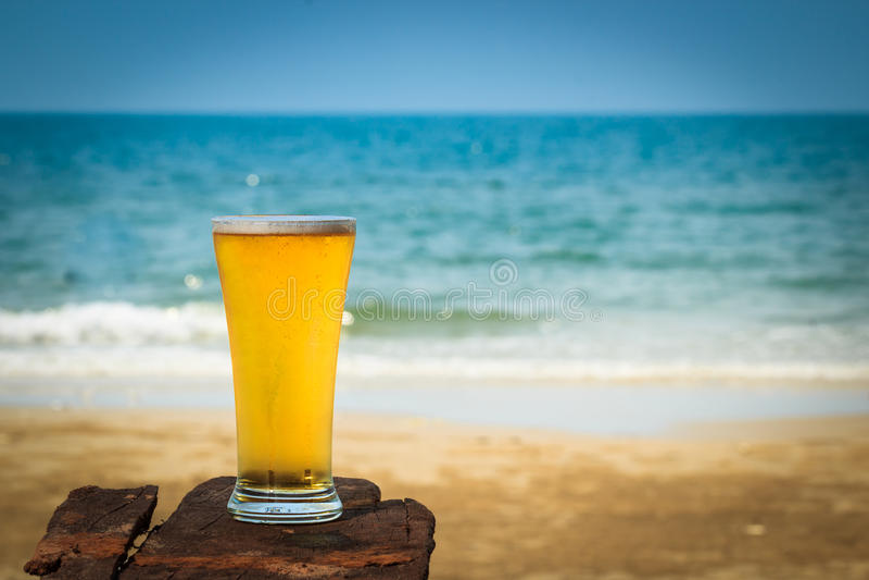 Cerveza en la playa de la arena imágenes de archivo libres de regalías