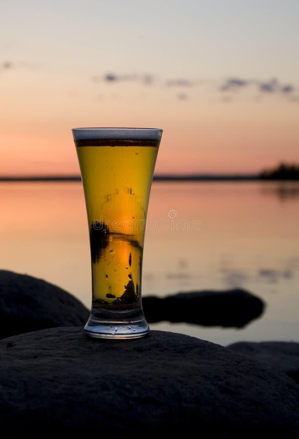 Cerveza en puesta del sol imagen de archivo libre de regalías