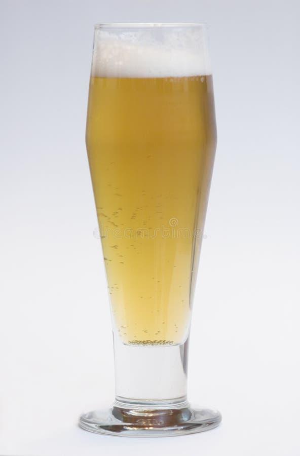 Cerveza en vidrio alto imagenes de archivo