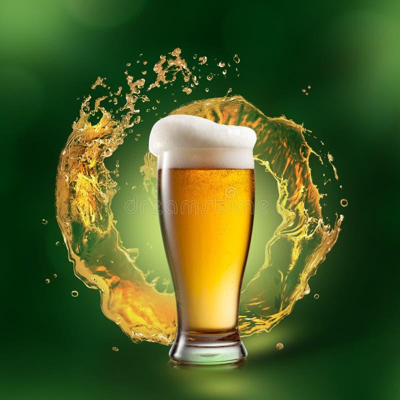 Cerveza en vidrio con el chapoteo en fondo verde imagen de archivo