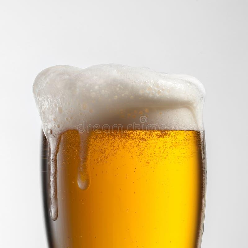 Cerveza en vidrio en blanco imagenes de archivo