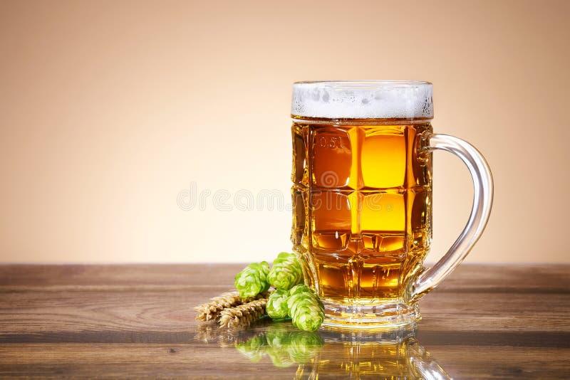 Cerveza fresca en una taza imágenes de archivo libres de regalías
