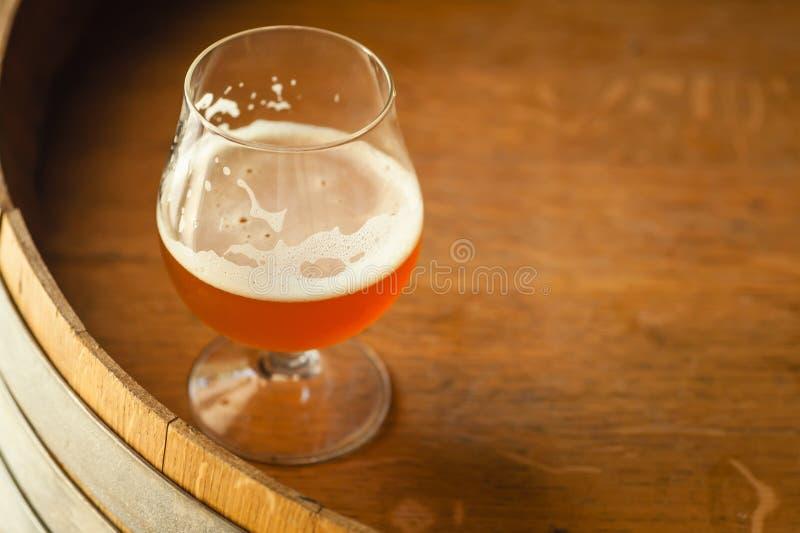 Cerveza inglesa ambarina en un barril fotografía de archivo libre de regalías