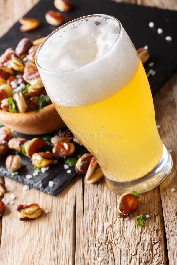 Cerveza ligera con un bocado del primer salado frito de las habas VE fotos de archivo libres de regalías