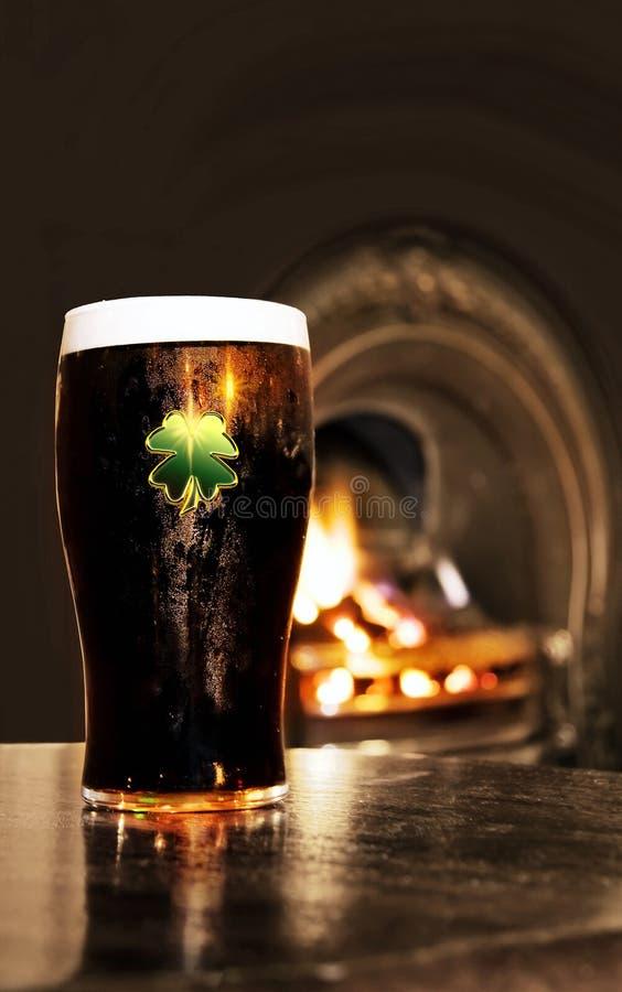 Cerveza negra irlandesa de San Patricio en un pub fotos de archivo
