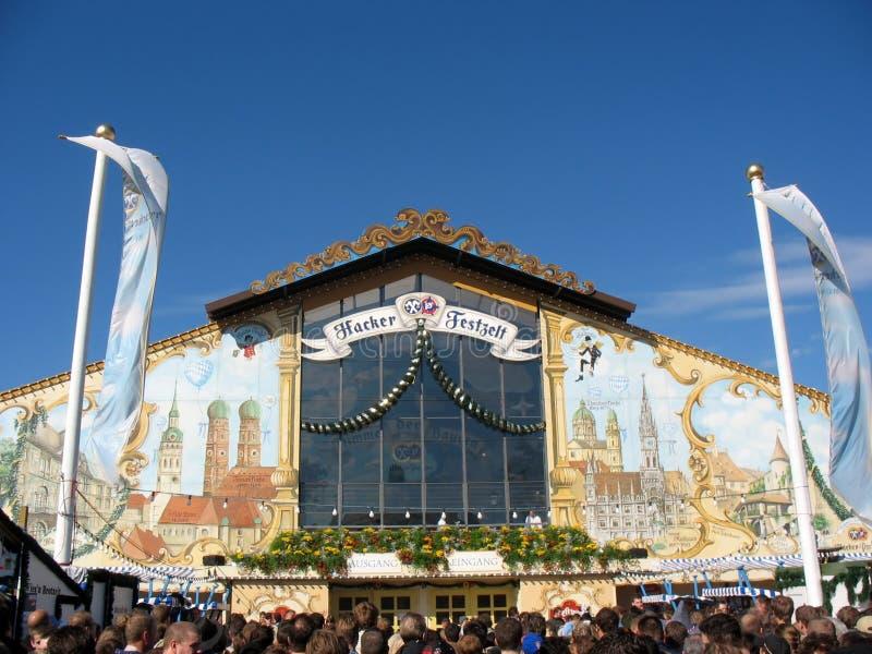 Cerveza pasillo en el festival de Oktoberfest imagen de archivo libre de regalías