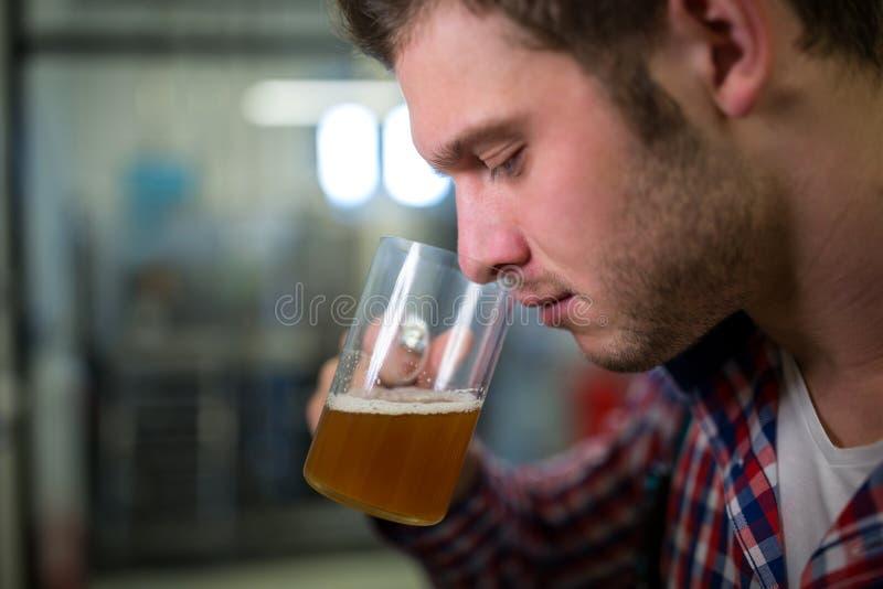 Cerveza que huele del cervecero imagen de archivo libre de regalías